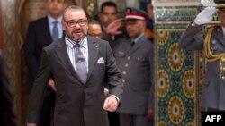 """Le Roi Mohammed VI du Maroc arrive pour la cérémonie de signature entre le Maroc et le constructeur automobile chinois """"BYD auto"""" , au Palais Royal de Casablanca, le 9 décembre 2017."""