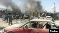 Dân làng tụ tập tại hiện trường vụ đánh bom đẫm máu tại quận Urgun, tỉnh Paktika, ngày 15/7/2014.