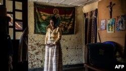 Leonie, qui a survécu au virus Ebola, est dans son salon à Beni, le 17 septembre 2019.