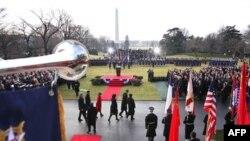 Predsednici Barak Obama i Hu Djintao pozdravljaju zvanične delegacije tokom ceremonije dobrodošlice u Vašingtonu, 19. januar, 2011.