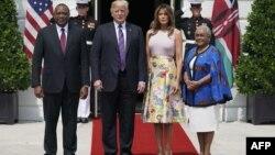 Le président américain Donald Trump et la première dame Melania Trump accueillent le président kenyan Uhuru Kenyatta et son épouse, Margaret Kenyatta, à leur arrivée à la pelouse sud de la Maison Blanche à Washington, le 27 août 2018.