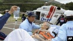16일 일본 폭우 피해 지역 야메에서 긴급 후송 중인 환자.