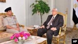 이집트의 만수르 임시 대통령(오른쪽)이 6일 대통령궁에서 국방장관을 만났다.