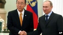 Ban Ki-moon saluda al presidente ruso Vladimir Putin, en Moscú.