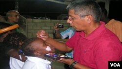 Kolonèl Victor Nuñez ap pentire figi timoun nan jounen rekreyasyon nan baz MINUSTAH nan Pòtoprens.