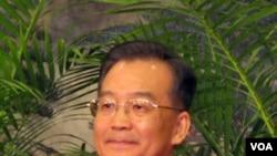 PM Wen Jiabao menolak tekanan pemerintah AS untuk mengoreksi nilai tukar mata uang Tiongkok, Yuan.