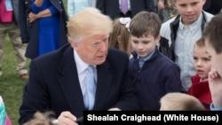 2018年復活節特朗普總統在白宮與兒童一起繪製和簽署彩色卡片給美國軍人(白宮圖片)