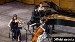 Učenici Međunarodne škole muzike nastupaju u Kenedi Centru.