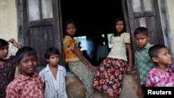 Anak-anak Muslim Rohingya di kamp pengungsian di luar kota Sittwe, Burma, Mei 2013. (Foto: Dok)