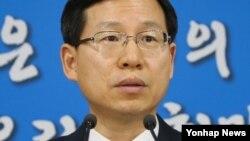 김의도 한국 통일부 대변인이 21일 정부서울청사에서 대북 식량차관에 대해 브리핑하고 있다.