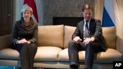 La primera ministra de Gran Bretaña, Theresa y su homólogo holandés, Mark Rutte, posan para los fotógrafos al inicio de una reunión en La Haya, Holanda, el 11 de diciembre de 2018.