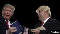 Donald Trump (izquierda) junto a Terry Silliman un simpatizante sureño que luce muy parecido a él, durante un mitin en Myrtle Beach, Carolina del Sur.