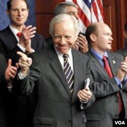 Senator Demokrat asal Connecticut, Joseph Lieberman memuji pemanfaatan bantuan AS di Mesir.