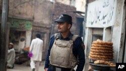 پولیس کا ایک اہلکار سوات کے شہر منگورہ میں سیکورٹی فرائض انجام دے رہا ہے۔ فائل فوٹو