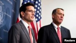美国众议院共和党领袖、也是这次代表团的团长埃里克•坎特(左)和众议院议长贝纳(资料照)