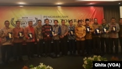 Para Walikota dari 10 kota paling toleran se-Indonesia bersama Mendagri Tjahjo Kumolo, Ketua SETARA Institute Hendardi dalam acara penghargaan Kota Toleran 2018, di Jakarta, Jumat (7/12) (Foto: VOA/Ghita).