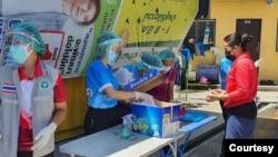 ဇြန္လ ၅ ရက္ ေန႔က စမုတ္ပရာကမ္ေရခဲစက္ရံုက အလုပ္သမားေတြကုိ ကုိဗစ္စစ္ေဆးေနပံု ( စမုတ္ပရာကမ္ က်န္းမာေရးဌာန)