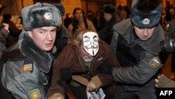 Полиция разогнала акцию «Захвати Старую площадь!», которая прошла у здания Центральной избирательной комиссии
