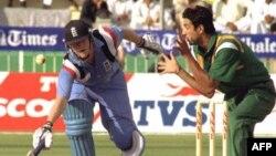 نوے کی دہائی میں ایک دو نہیں بلکہ کئی میچز ایسے کھیلے گئے جس میں پاکستان کرکٹ ٹیم کی کارکردگی غیر معیاری سے بھی نیچے رہی تھی۔ (فائل فوٹو)