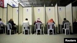 Des Tunisiens remplissent les bordereaux de vote à Tunis, Tunisie, le 16 juillet 2012.