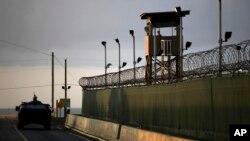 100 de los 166 presos de Guantánamo se encuentran en huelga de hambre como protesta en contra de presuntas torturas.
