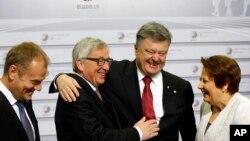Ukraina Prezidenti Petro Poroshenko (markazda o'ngda) Yevropa Ittifoqi rasmiylari bilan, Riga, 22-may, 2015-yil.