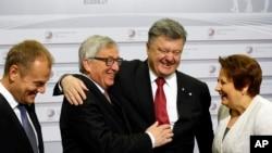 22일 라트비아 수도 리가에서 개최된 동유럽정상회의(Eastern Partnership Summit)에서 장 클로드 융커 유럽연합 집행위원장(가운데 왼쪽)과 페트로 포로센코 우크라이나 대통령(가운데 오른쪽)이 포옹하고 있다.
