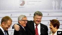 Глава Европейской комиссии Хан-Клод Юнкер (второй слева) привествует президента Украины Петра Порошенко (второй справа) по прибытии на саммит «Восточного партнерства». Рига, Латвия. 22 мая 2015 г.