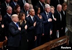 Tổng thống Donald Trump và Đệ nhất Phu nhân Melania Trump đứng cùng các cựu tổng thống và cựu đệ nhất phu nhân tiền nhiệm khác.