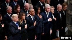 Đương kim Tổng thống Donald Trump cùng phu nhân và các cựu tổng thống Mỹ tại Nhà thờ lớn ở thủ đô Washington D.C. hôm 5/12.