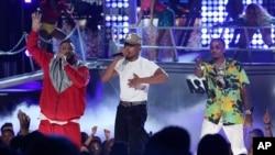 """DJ Khaled (ngoài cùng trái) cùng với Chance The Rapper, Quavo, biểu diễn """"I'm the One"""" tại lễ trao giải BET Awards ở Los Angeles hôm 25/6."""