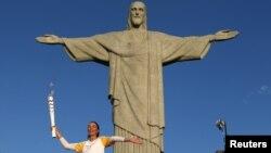 Cristo Redentor com a tocha olímpica nas mãos de Isabel Barroso, antigo voleibolista