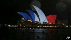 Mobilisation planétaire après les attaques à Paris : l'Opéra de Sydney porte les couleurs françaises, 14 novembre 2015. Image : AP