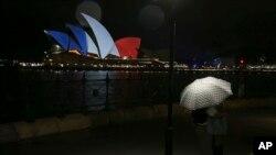 مرکز بزرگ اوپرای سیدنی آسترالیا با بیرق سه رنگ فرانسه تزین شده بود.