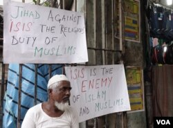 FILE - Anti-Islamic State posters are seen around a mosque in Kolkata, India, Dec. 5, 2015. (S. Azizur Rahman/VOA)