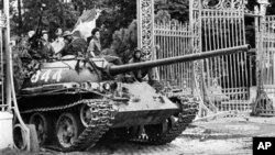 Xe tăng của quân đội miền Bắc Việt Nam tiến vào dinh Ðộc Lập ngày 30/4/1975.