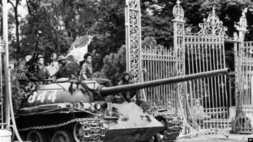 Xe tăng miền Bắc vào Dinh Độc Lập ngày 30 tháng Tư, 1975. (Hình: AP)