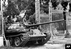 Xe tăng quân đội miền Bắc Việt Nam tiến vào cổng Dinh Độc Lập, 30/4/1975 (Ảnh tư liệu.)
