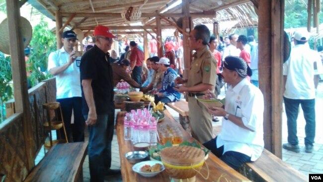 """Menteri Pariwisata Arief Yahya (duduk, pakai blangkon) dalam kunjungan ke kawasan Dlingo, Yogyakarta meluncurkan program """"Destinasi Digital"""", Selasa 31 Juli 2018. (Foto: VOA/Nurhadi)"""