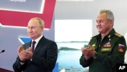 Prezida w'Uburusiya, Vladimir Putin, kumwe n'umushikiranganji wiwe wo kwivuna abansi, Sergei Shoigu.