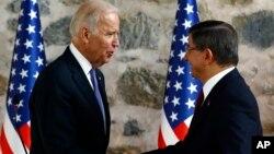 Wakil Presiden AS Joe Biden (kiri) dan Perdana Menteri Turki Davutoglu dalam pertemuan di Istanbul hari Minggu (23/1).