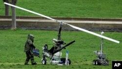 Mini helikopterde patlayıcı arayan bomba imha ekibi uzmanı