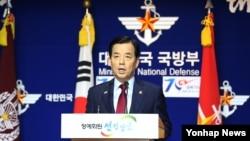 한민구 한국 국방장관이 21일 서울 국방부 브리핑실에서 북한의 포격 도발 관련 경고성 메시지를 담은 대국민 담화를 발표하고 있다.