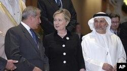 ລັດຖະມົນຕີກະຊວງການຕ່າງປະເທດສະຫະລັດ ທ່ານນາງ Hillary Clinton (ກາງ) ໂອ້ລົມກັບລັດຖະມົນຕີ ການຕ່າງປະເທດຈໍແດັນທ່ານ Nasser Judeh (ຊ້າຍ) ແລະລັດຖະມົນຕີການຕ່າງປະເທດສະຫະລັດອາຣັບ ເອເມີເຣັສ Dr. Anwar Gargash ຂະນະທີ່ເຂົ້າຮ່ວມກອງປະຊຸມຂອງກຸ່ມຕິດຕໍ່ປະສານງານກ່ຽວກັບລີເບຍ (9