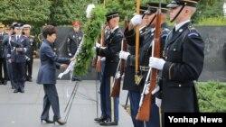박근혜 한국 대통령이 14일 미국 워싱턴 한국전 참전 기념비 공원을 방문해 헌화하고 있다.