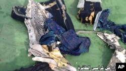 Bagian dari kursi penumpang pesawat EgyptAir no penerbangan 804 yang jatuh di Laut Tengah, Kamis (19/4).