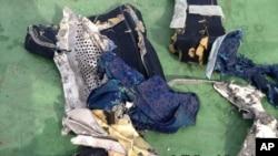 No hay restos humanos completos entre los escombros del avión de EgyptAir que cayó al mar.