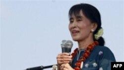 Lãnh đạo dân chủ Aung San Suu Kyi nói chuyện với người ủng hộ ở Mo-Kaung, bang Kachin, 23/2/2012