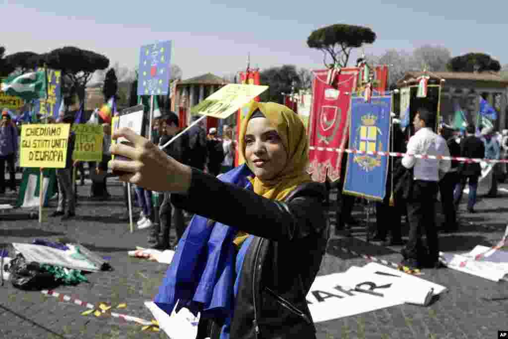 گرفتن عکس سلفی توسط یکی از شرکت کننده های راهپیمایی حمایت از تاسیس اتحادیه اروپا با در دست داشتن پرچم اتحادیه.
