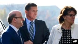 川普总统的前国家安全顾问弗林(中)抵达华盛顿的联邦法庭出庭